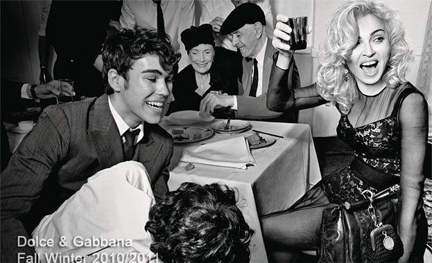 Madonna pozuje z dzieckiem i z kurą!