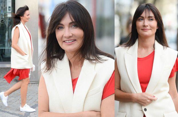 Wiosenna Kulczyk w trampkach spaceruje pod TVN-em (ZDJĘCIA)
