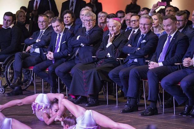 """HIT SIECI: Rządzący podziwiają występ dziecięcych gimnastyczek: """"NIEZDROWE ZAINTERESOWANIE"""""""