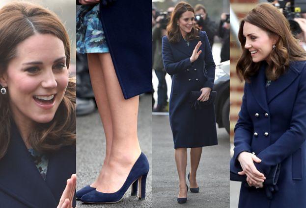 Ciężarna księżna Kate w granatowym płaszczu za 2 tysiące