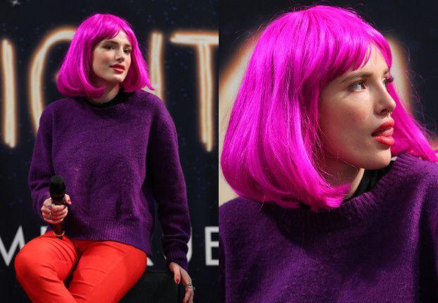 Bella Thorne w różowej peruce rozdaje autografy