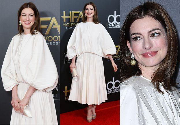 Zadowolona z siebie Anne Hathaway pozuje w firance marki Valentino
