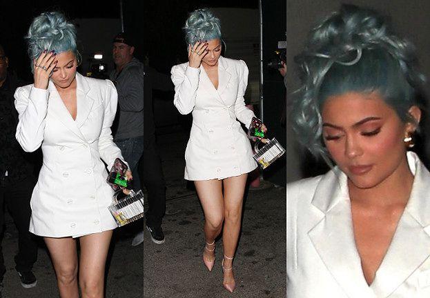 Niebieskowłosa Kylie Jenner zmierza na imprezę sylwestrową w białej marynarko-sukience