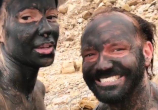 Doda z mężem świętują rocznicę ślubu wysmarowani błotem z Morza Martwego (FOTO)
