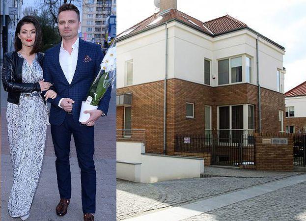 Katarzyna Cichopek i Marcin Hakiel wreszcie SPRZEDALI willę za trzy miliony. Przeprowadzili się do mieszkania na Sadybie