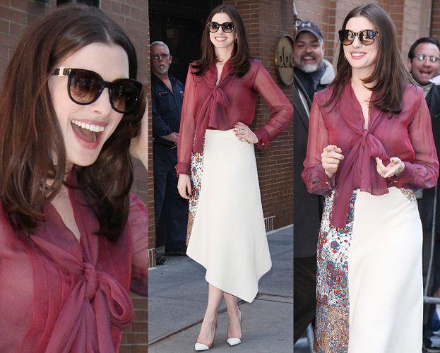 Uśmiechnięta Anne Hathaway w spódnicy z lumpeksu
