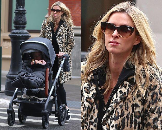 Nicky Hilton na spacerze z wózkiem