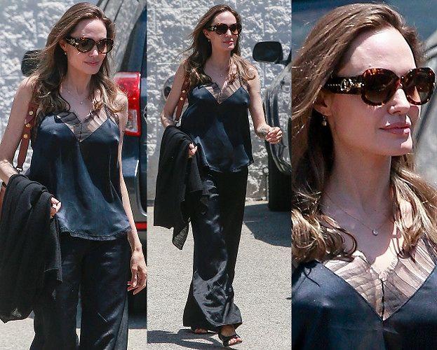 Wątła Angelina Jolie spaceruje w jedwabnej piżamce (ZDJĘCIA)
