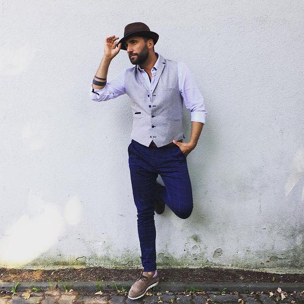 9ffa6eac742ca Dodatkowo założył prostą niebieską koszulę, ciemnoniebieskie spodnie w  kratę, buty z zamszu i brązowy kapelusz z rondem. Elegancja na co dzień?