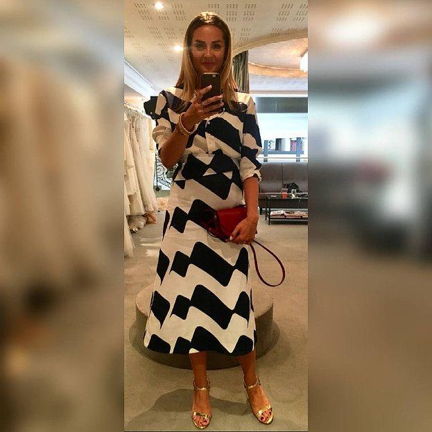 630defcb1b Aktorka fantazyjny wydźwięk sukienki w stylu lat 60. równoważy jej  klasycznymi kolorami oraz podobnymi dodatkami w postaci małej