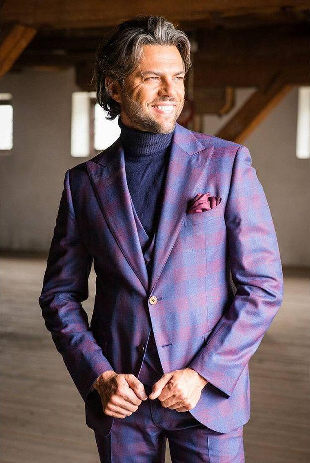 6f827509fefa6 Celebryta modny garnitur z ciekawym deseniem łączy z fioletowym, męskim  golfem, który stanowi idealne tło dla barwnego stroju.