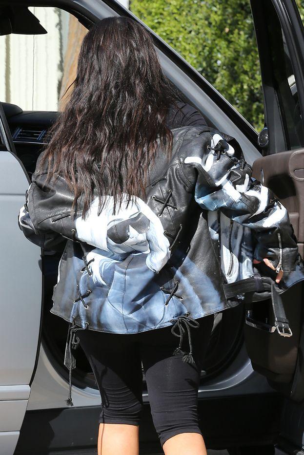 c164f1c584596 Kim w kurtce ze swoją podobizną! Wcisnęła się w za małe buty ...