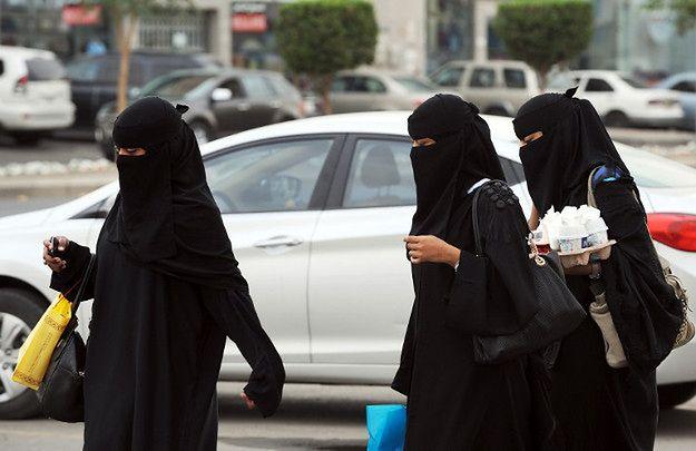 spotyka się z dziewczyną z Arabii Saudyjskiej