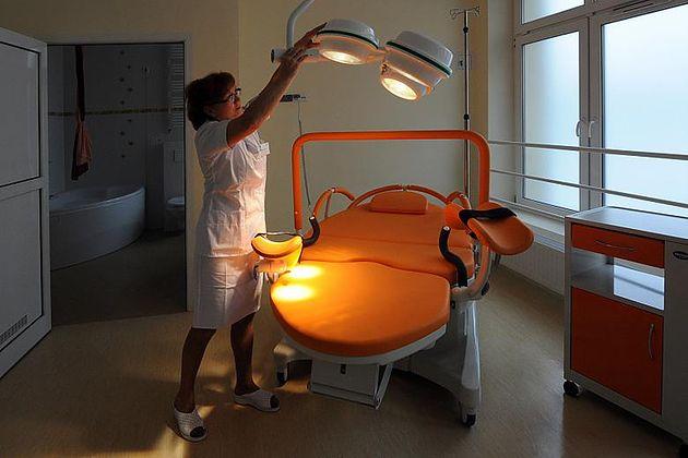 Łóżko dla rodzącej w Szpitalu im. Gabriela Narutowicza w Krakowie