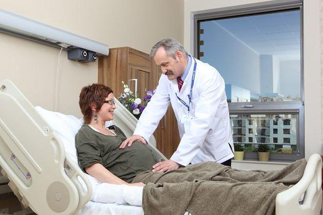 Pacjentka z lekarzem w Klinice Położniczej Szpitala Medicover
