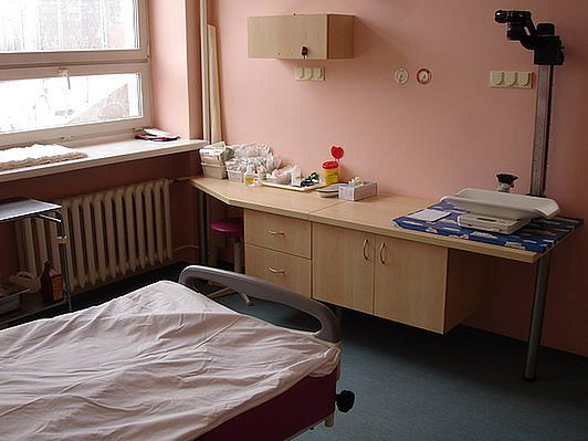 Wnętrze sali porodowej malinowej w Szpitalu na Solcu