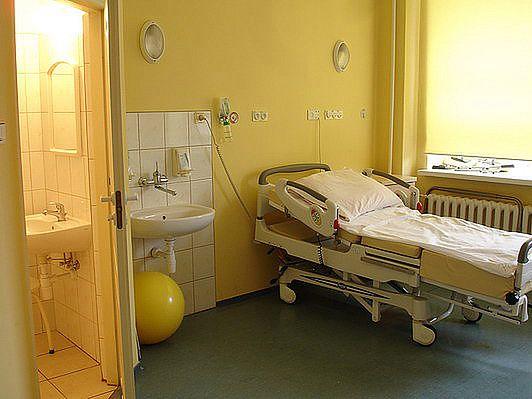 Sala porodowa cytrynowa z łazienką w Szpitalu na Solcu