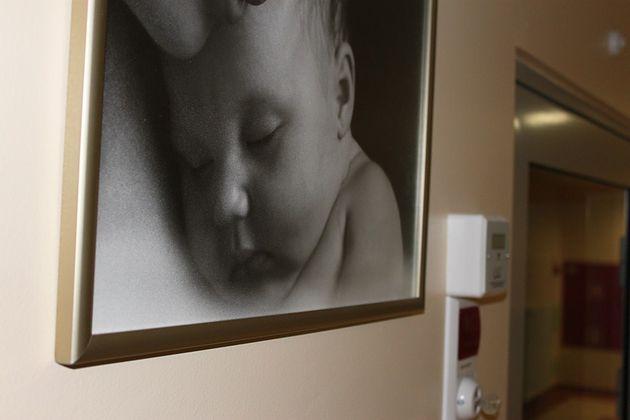 Obraz na ścianie Szpitala Ginekologiczno-Położniczego i Noworodków w Opolu