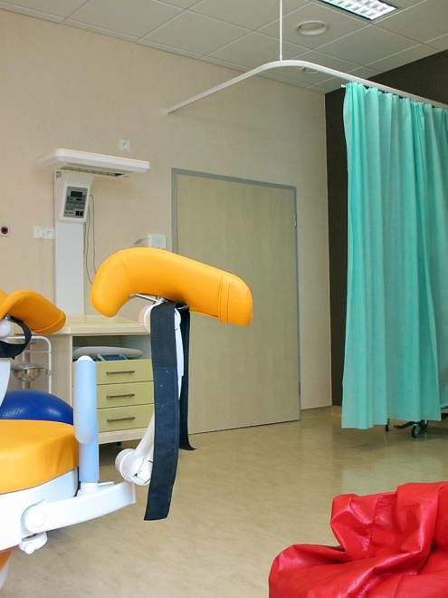 Sala porodowa i łóżko porodowe w prywatnym Szpitalu Medicover