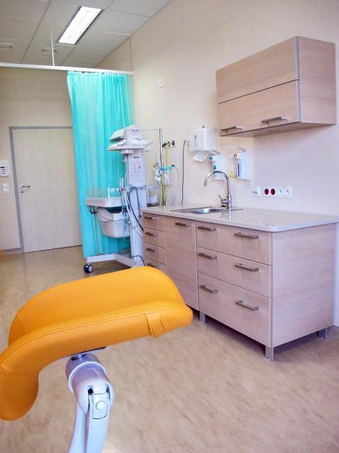 Widok na salę porodową z perspektywy rodzącej w prywatnym Szpitalu Medicover