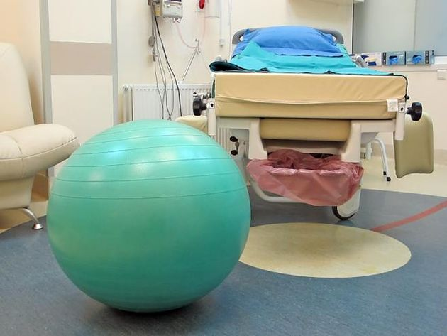 Łóżko i piłka dla rodzącej w Szpitalu Bielańskim w Warszawie