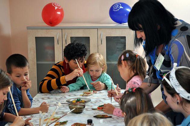 Rodzice pomagają dzieciom wykonać pracę.