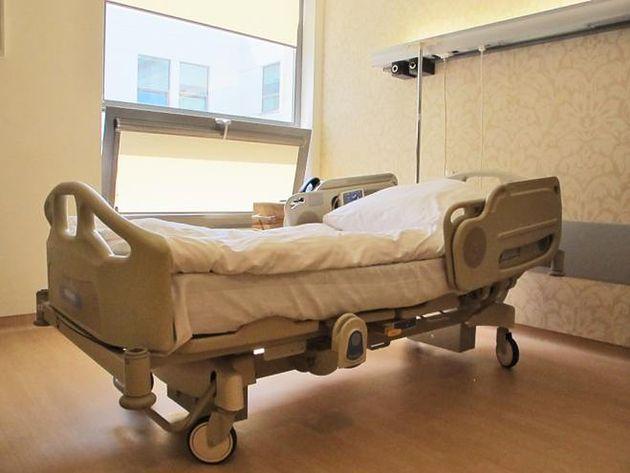 Łóżko na sali pobytowej na Oddziale Położniczym w prywatnym Szpitalu Medicover