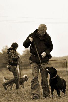 Psy uczą się posłuszeństwa i szacunku, ale również zaczynają się czuć się coraz bardziej bezpiecznie