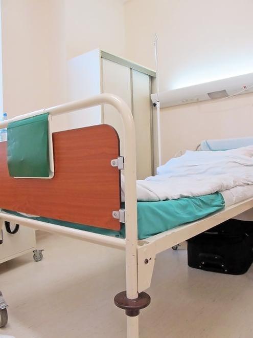 Łóżko w sali pobytowej Szpitala Bielańskiego