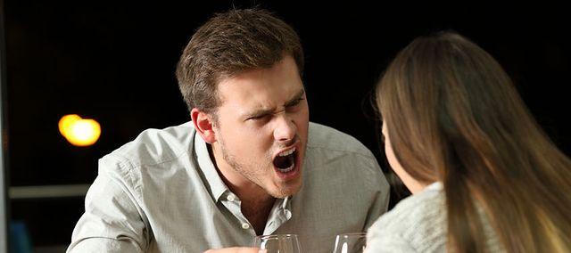 randki związane z przemocą udane randki w ciemnych parach
