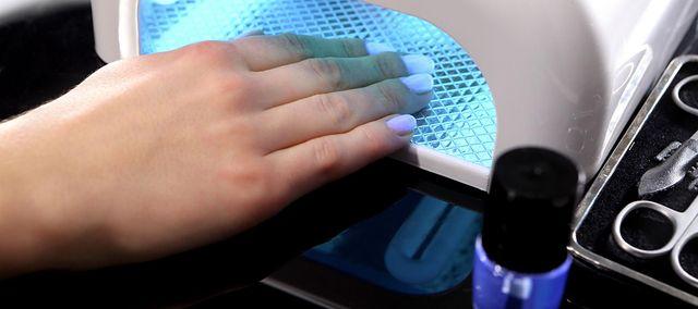 Lampy UV mogą wywołać czerniaka? Zapytaliśmy eksperta, czy