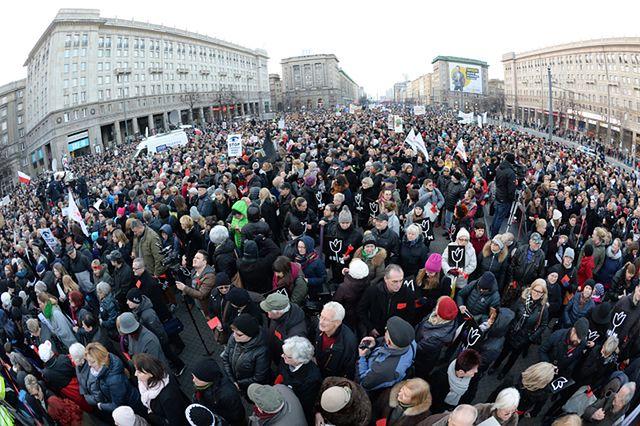 Czerwone kartki dla rządu. Tak wyglądały ulice polskich miast
