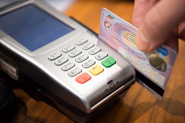 """Więcej transakcji kartami to więcej reklamacji. Polacy szukają """"szybszej ścieżki"""" na zwrot pieniędzy"""
