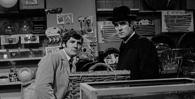 Michael Palin i John Cleese w skeczu o martwej papudze, jednym z najsłynniejszych stworzonych przez