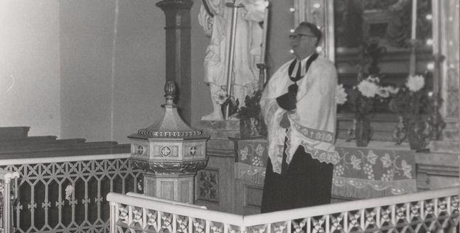 Ksiądz Gustaw Molin w kościele w Międzyrzeczu