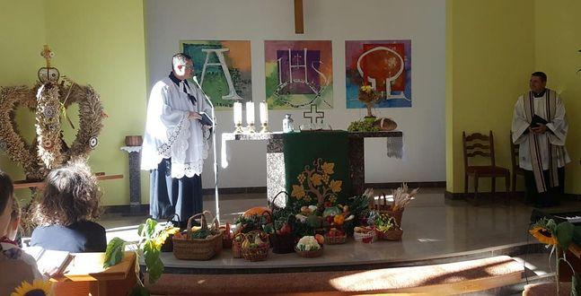 Ks. Wojciech w czasie odprawiania mszy