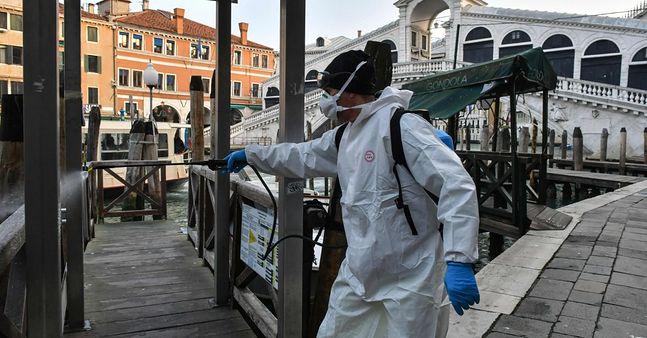 Tak wyglądają w tej chwili miasta we Włoszech. Służby dezynfekują np. mosty w Wenecji