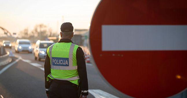 Słowacka policja na bieżąco kontroluje przejazdy graniczne i główne drogi. W wielu miejscach tworzą się kilometrowe korki