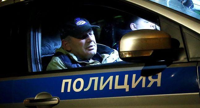 Policjant z zatrzymanym kierowcą taksówki, który wjechał w wiatę przystanku na ulicy Krasnodarskiej w Moskwie