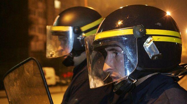 Policjanci skierowani do tłumienia zamieszek w Montfermeil. Październik 2006 roku