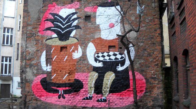 Graffiti na ruinie kamienicy. Kuratorzy na co dzień stykają się z ogromną biedą podopiecznych