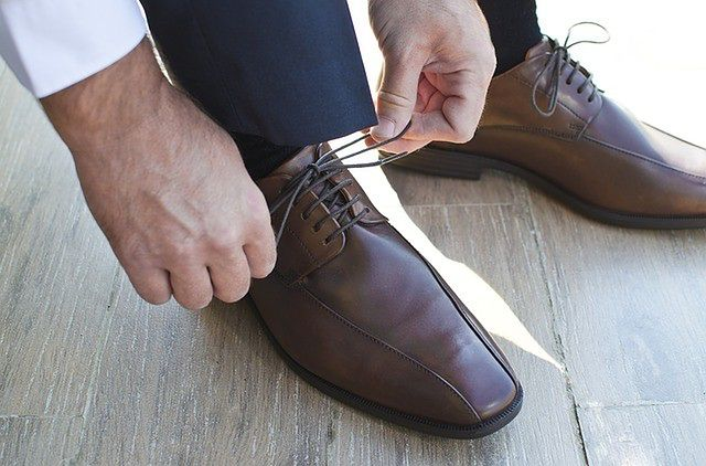7aa20c1bab5c8 Sznurowane półbuty zawsze będą bardzo uniwersalnym fasonem męskich butów.  Na zdjęciu widzimy brązowe derby