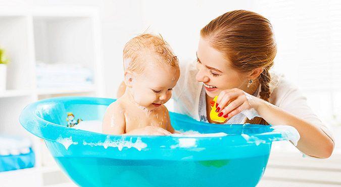 Kąpiel niemowlaka z AZS