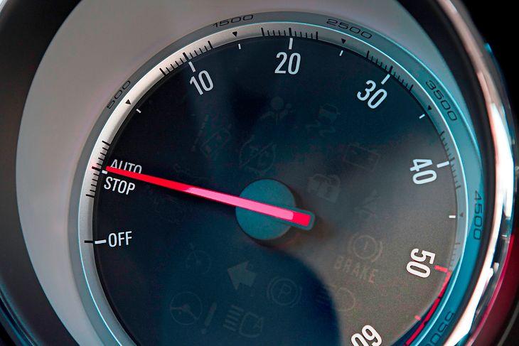 Kiedy silnik jest wyłączony, przestają pracować niektóre elementy osprzętu, takie jak pompa oleju. To może długofalowo powodować kłopoty.