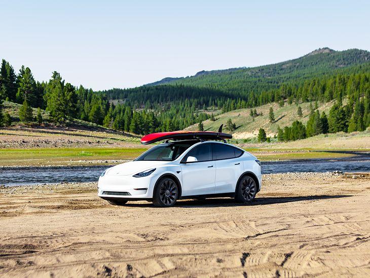 Tesla Model Y to auto lifestyle'owe, o czym świadczy deska surfingowa na zdjęciu prasowym