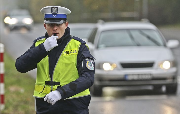 W dobie niezawodnych sygnalizacji kierowanie ruchem przez policję to rzadkość. Wyjątkiem jest dzień Wszystkich Świętych