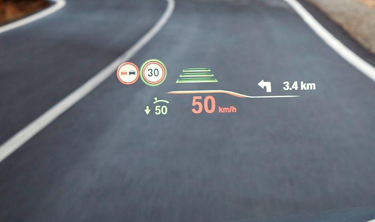 """We współczesnych samochodach ograniczeń prędkości """"pilnują"""" systemy odczytujące znaki z drogi. Niestety nie są idealne i często pokazują nieprawidłowe ograniczenia."""