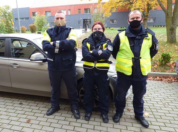 Słuszna decyzja trójki policjantów po zatrzymaniu kobiety przekraczającej prędkość.