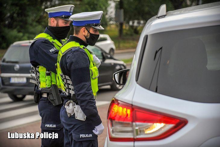Policjantów podczas kontroli drogowej można nagrywać, ale może być to utrudnione, ponieważ na ich żądanie trzeba położyć obie ręce na kierownicy.