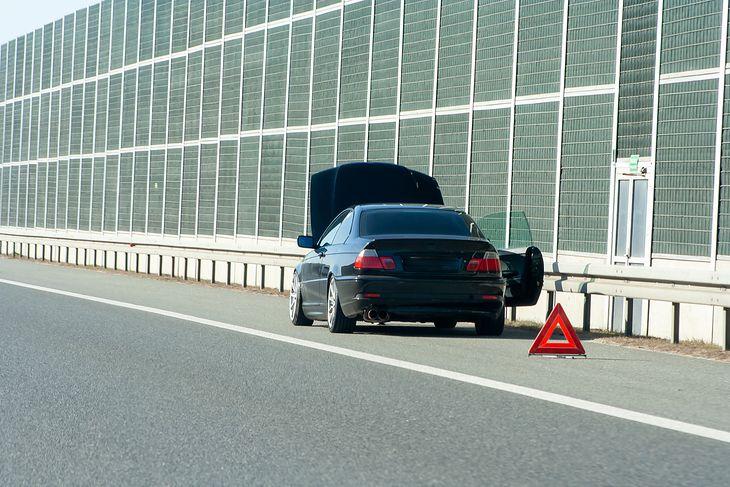 Poprawnie oznakowany pojazd, czyli nie jak na zdjęciu, może stać na pasie awaryjnym. Dlaczego więc jest taki, a nie inny mandat?